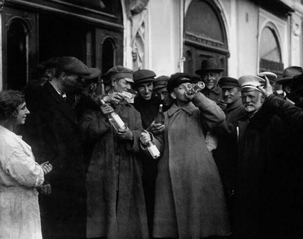 После снятия запрета на продажу алкоголя. Фото: 1920-е гг. Источник: архив С. Бурасовского/ russiainphoto.ru