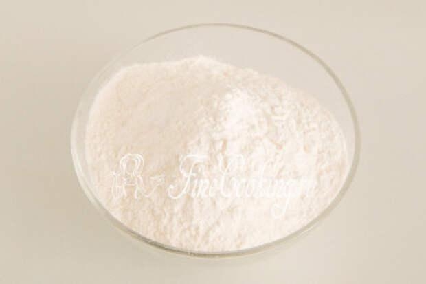 В отдельную миску просеиваем 240 граммов пшеничной муки высшего сорта, добавляем 1 столовую ложку разрыхлителя и щепотку соли