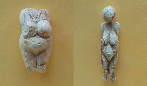 Венеры Костёнковские, возраст 23-21 тысяч лет, фигурка слева около 7 см из мергеля, фигурка справа около 12 см из бивня мамонта, Россия.