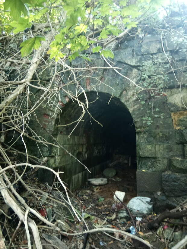 Вот так выглядит этот подземный ход, если честно - то нашел я его по старой карте, река проходила под крепостью.