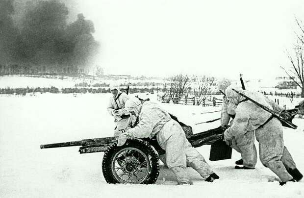 Советские артиллеристы выдвигают на позицию 45-мм противотанковую пушку 53-К во время Битвы под Москвой. декабрь 1941. Автор: Иван Шагин. Великая Отечественная война, Советский народ, история
