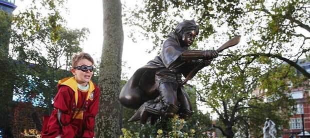 В Лондоне воздвигли памятник Гарри Поттеру