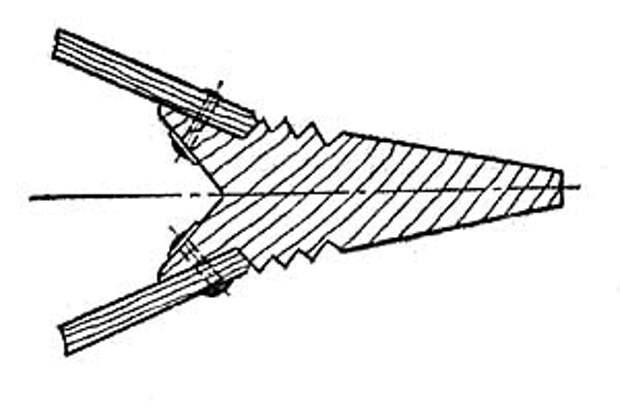 Поперечный разрез штевня с креплением обшивочных досок на заклёпках.