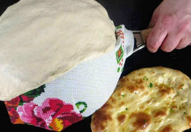 Кладем тесто на дуршлаг, а потом в духовку: лепешка заменила хлеб