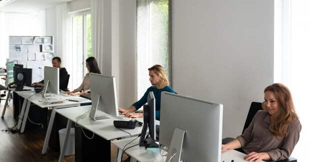 Активные пользователи новых технологий на работе не доверяют им в жизни