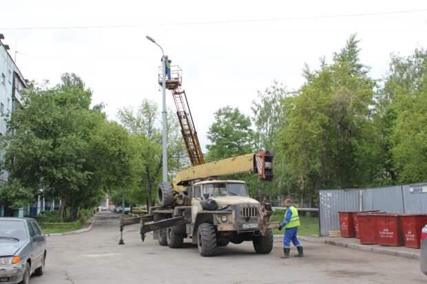 В Челябинске для спасения застрявшего котенка демонтировали фонарный столб