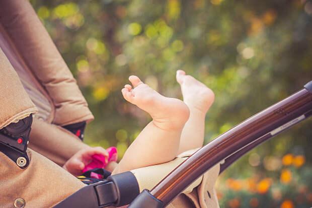 Женщина оставила коляску с ребенком в подъезде дома на Пестеля