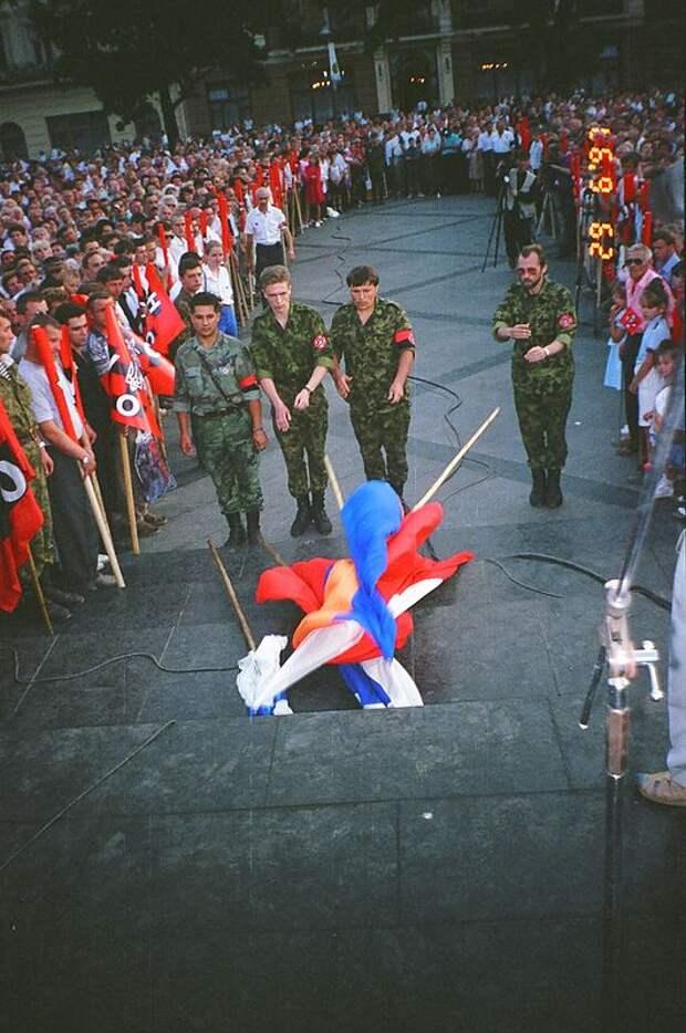 Митинг УНСО во Львове с выбрасыванием флагов Армении, Польши и России. 1997 г.