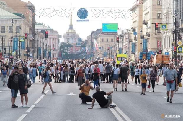 Центр Петербурга начали перекрывать к «Алым парусам». Невский стал пешеходным