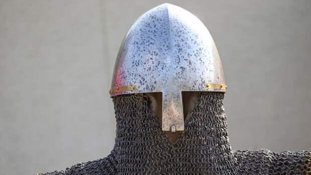 Подросток из Англии носил средневековые доспехи в течение года и «стал» рыцарем