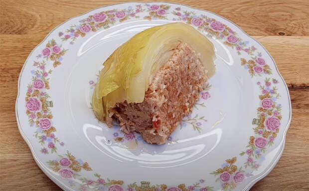 Блюдо на всю семью внутри целой капусты: добавляем внутрь фарш и тушим в соусе