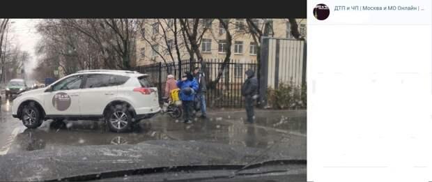 Доставщик еды врезался в автомобиль в Старом Петровско-Разумовском