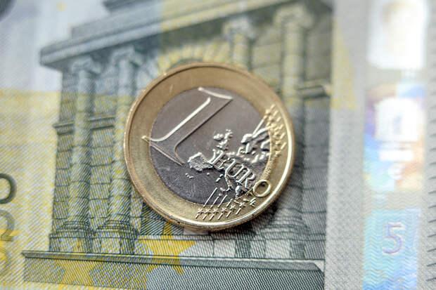 Курс евро поднялся выше 90 рублей впервые с февраля 2016 года
