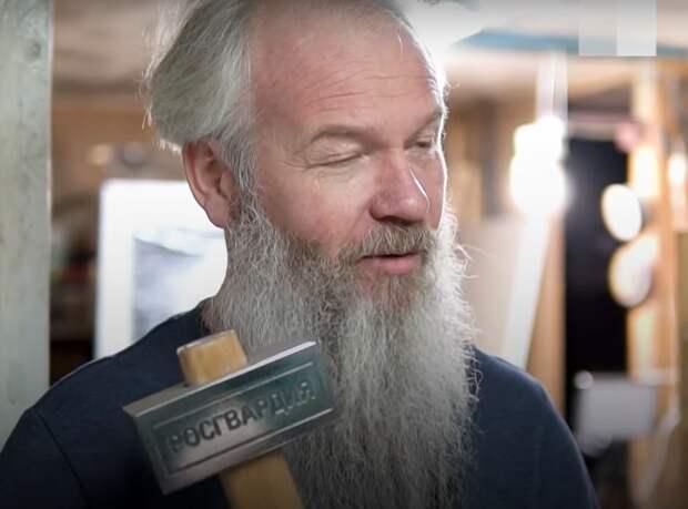 Сибирский художник подарит Росгвардии кувалду для взлома дверей оппозиции