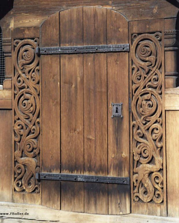 Резная дверь.