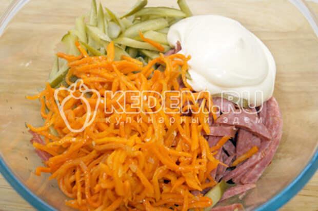 Добавить морковь по-корейски и майонез.