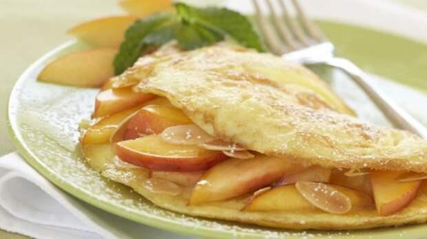 Сладкий омлет с яблоками. \ Фото: lesoeufs.ca.