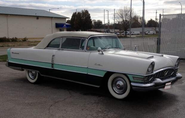 По дизайну «Чайка» напоминала американский Packard Caribbean 1955 года / Фото: cdn1.mecum.com