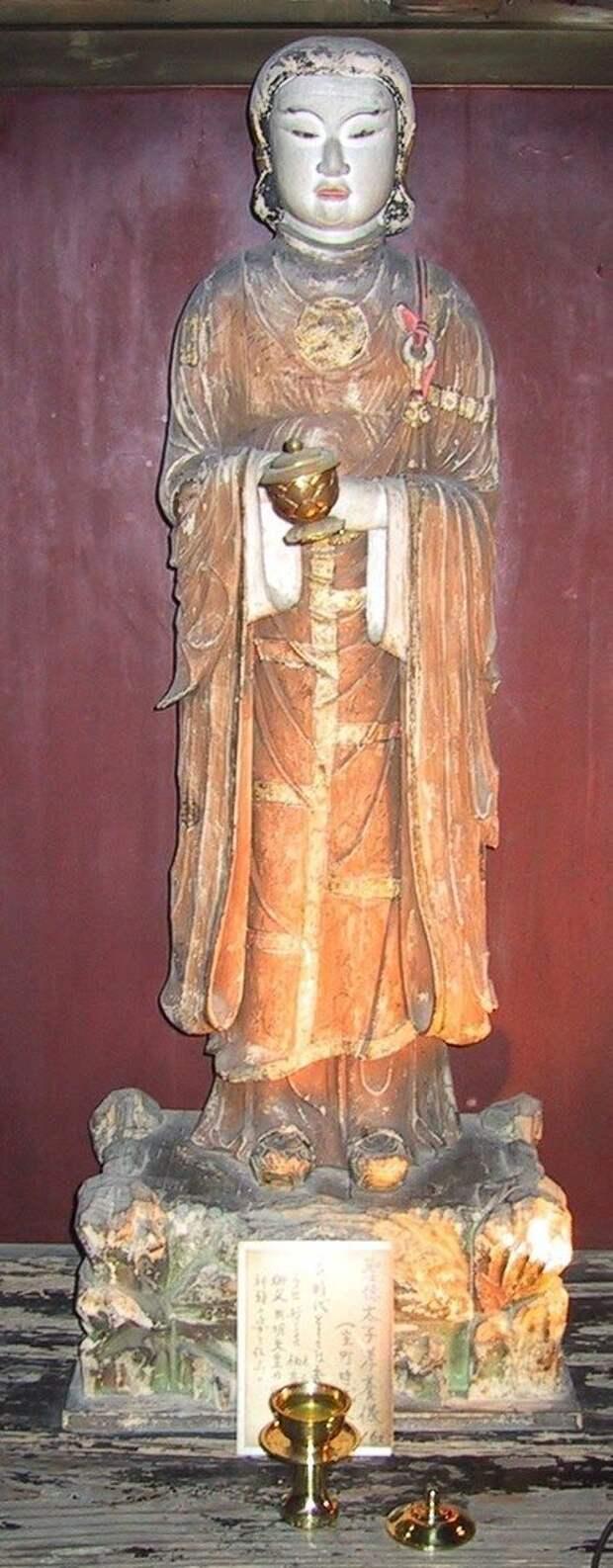 Деревянная скульптура принца Сётоку в храме Асука-дэра.