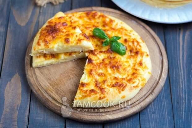 Готовый хачапури с сыром на сковороде