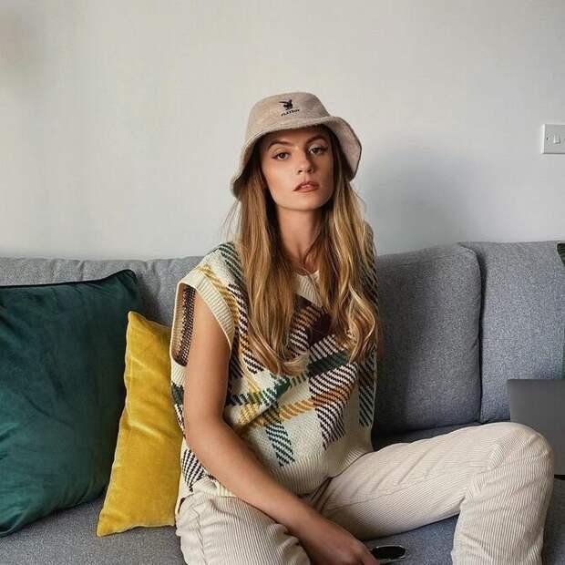 Модный трикотажный жилет в стиле преппи: стильные сочетания на весну 2021