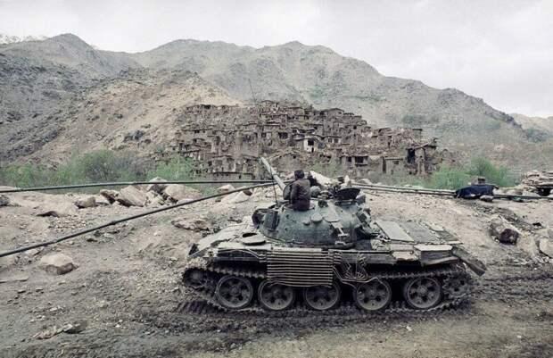 Советский танк на фоне деревни Саланг. Афганистан, середина 1980-х годов. история, ретро, фото, это интересно