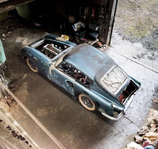 Данный экземпляр, изначально бывший кремовым с синим салоном, в конце пятидесятых попал в аварию, а в начале шестидесятых получил новый кузов, головку блоку цилиндров и выпускную систему от спортивного C-Type. jaguar, авто, автомобили, находка. ретро авто, олдтаймер