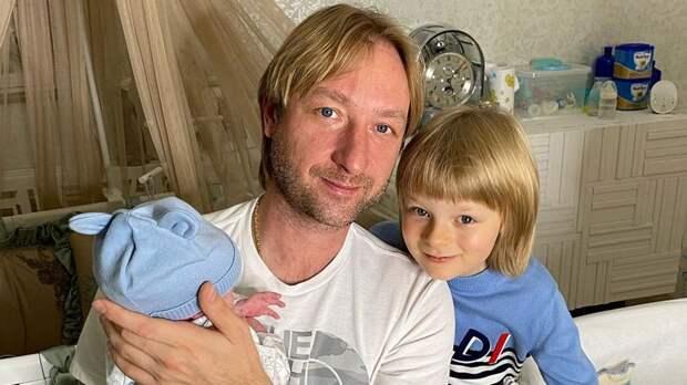 «С днем рождения, старик». Сын Плющенко Гном Гномыч поздравил младшего брата Арсения с одним месяцем жизни