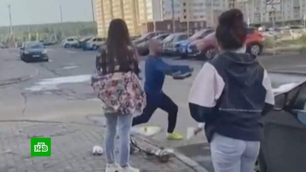Мужчина выпорол ремнем девушек, куривших кальян во дворе дома в Челябинске