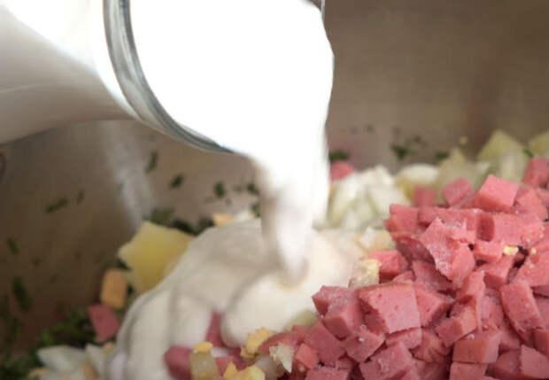 Освежающая окрошка на жару: добавляем в кефир минералку с газом