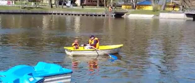На третьем Каменском пруду открыли сезон катания на лодках