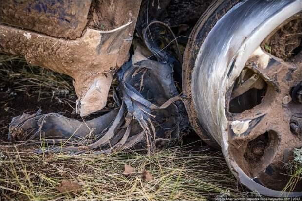 Вся правая сторона забита травой и комьями грязи, которую он наскреб по пути, на диске болтались остатки покрышки, а сам диск стал почти квадратным land cruiser, toyota, авто, автоспорт, гонка, прокол, ралли, шелковый путь