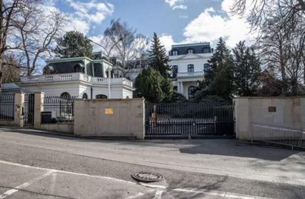 В Праге задержаны 7 человек, обливших кетчупом забор российского посольства