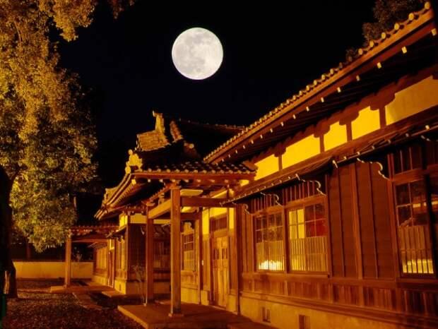 Китайский особняк в лунную ночь