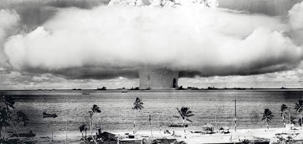 25 июля 1946 года. Испытания атомной бомбы в  районе Маршалловых островов