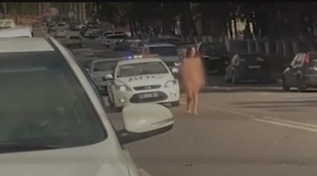 Российская телеведущая голышом прошлась по дороге в Раменском