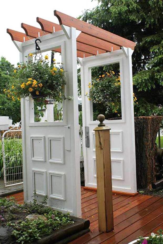 Отреставрированные двери в декоре сада