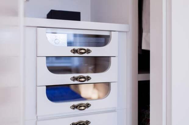 В гардеробном шкафу спальни для выдвижных полочек стеклянные вставки облегчат, поиск нужных вещей.