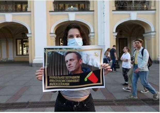 Жительница Петербурга с плакатом на акции в поддержку Алексея Навального. Санкт-Петербург, Россия. 20 августа 2020 года. REUTERS/Igor Russak