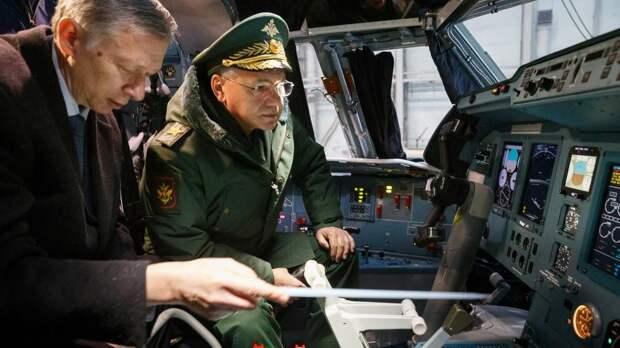 Министр обороны РФ Сергей Шойгу (справа) осматривает тяжелый транспортный самолет Ил-76МД-90А
