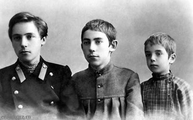 Виктор Хлебников с братом Александром и двоюродным братом Колей Рябчевским. Конец 1900-х гг.