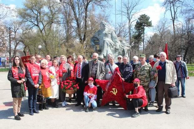 Крымские коммунисты возложили цветы к памятникам Ленина в Симферополе и Москве