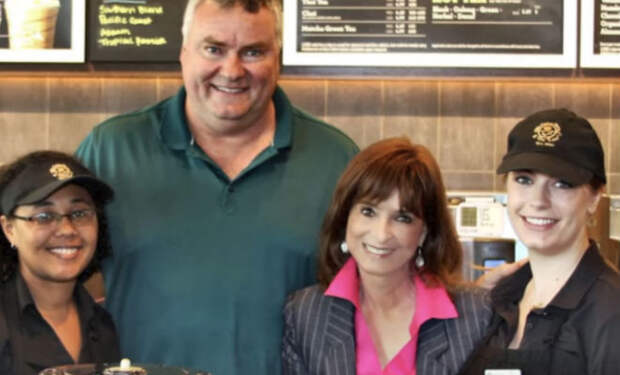 Миллионер помог официантке деньгами