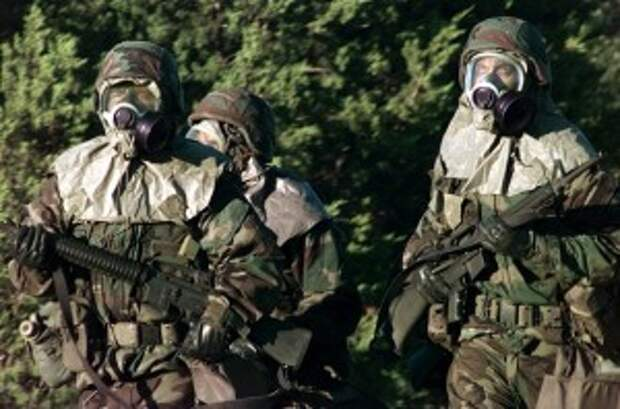 Солдаты в костюмах противохимической защиты