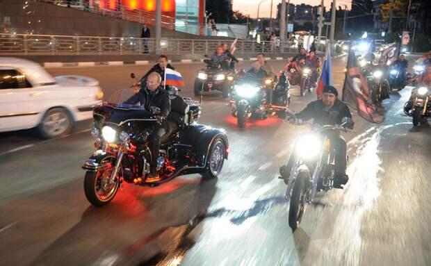 Владимир Путин вместе с участниками байк-фестиваля в Новороссийске, 29 августа 2011 года. Путин запустил избирательную кампанию, сидя на трицикле от Harley Davidson во главе колонны байкеров.