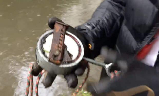 Закинул магнит в реку в поисках денег, а достал оружие братков из 90-х