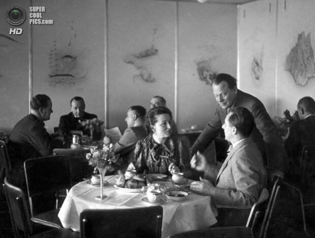 1936 год. Пассажиры в столовой дирижабля «Гинденбург». (OFF/AFP/Getty Images)