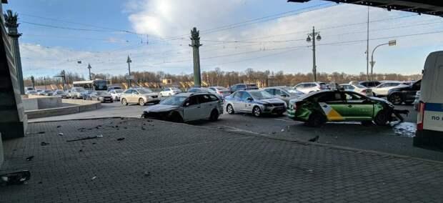 Таксисты засыпали обломками улицу Академика Крылова. Невиновный — в тяжёлом состоянии