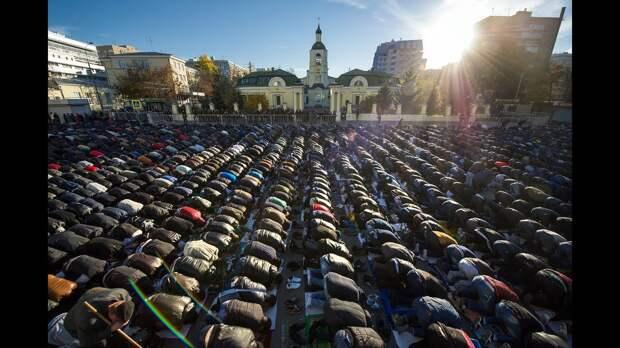 Москве необходимо большее количество мечетей. Об этом в интервью интернет-изданию Dialogi.Online заявил имам-хатыб Исторической...