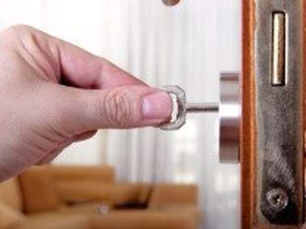 Как происходит вскрытие замка на двери?